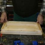 Eine selbst entwickelte Holzkonstruktion bringt die Leisten in die richtige Position.